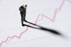 Uomo d'affari di modello che studia grafico Immagini Stock Libere da Diritti
