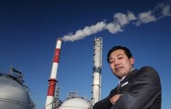 Uomo d'affari di Potret con la priorità bassa dello stabilimento chimico Fotografia Stock Libera da Diritti