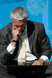 Uomo d'affari di preoccupazione con il computer portatile Immagini Stock