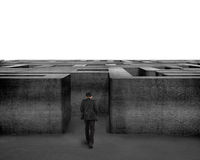 Uomo d'affari di retrovisione che cammina nei confronti del labirinto del calcestruzzo 3D Immagine Stock Libera da Diritti
