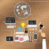 Uomo d'affari di vettore che lavora con la tavola di legno delle comunicazioni globali Immagini Stock