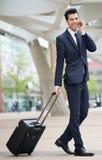 Uomo d'affari di viaggio che parla sul telefono all'aperto Fotografia Stock Libera da Diritti