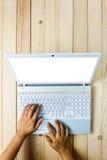 Uomo d'affari di vista superiore che per mezzo del computer portatile sulla scrivania Fotografie Stock Libere da Diritti