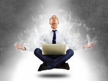 Uomo d'affari di yoga nella concentrazione totale Fotografie Stock