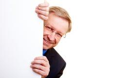 Uomo d'affari dietro la parete bianca fotografia stock