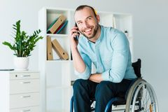 Uomo d'affari disabile che parla sul telefono fotografie stock libere da diritti