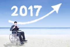 Uomo d'affari disabile con il numero 2017 e la freccia Fotografie Stock
