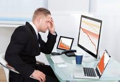 Uomo d'affari disperante stato minacciato dalle perdite finanziarie Fotografie Stock