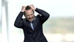 Uomo d'affari disperato che estrae i suoi capelli archivi video
