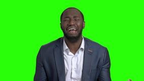 Uomo d'affari disperato che grida sullo schermo verde archivi video
