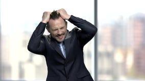 Uomo d'affari disperato che tira i suoi capelli video d archivio