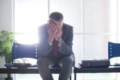 Uomo d'affari disperato nella sala di attesa Immagine Stock