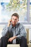 Uomo d'affari disturbato su phonecall Fotografia Stock