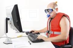 Uomo d'affari divertente nella maschera e nella presa d'aria di immersione subacquea Fotografia Stock