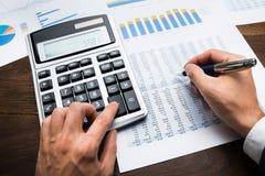 Uomo d'affari Doing Financial Calculations Fotografie Stock Libere da Diritti