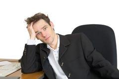 Uomo d'affari doloroso su un posto di lavoro Immagini Stock