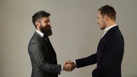 Uomo d'affari due che agita le mani Mano amica Concetto di riunione Partner che stringe le mani Etichetta di affari archivi video