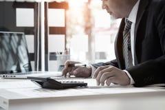 Uomo d'affari e calcolatore, concetto di contabilità Fotografie Stock Libere da Diritti