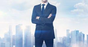 Uomo d'affari e città vaga sull'orizzonte Fotografia Stock Libera da Diritti