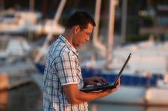 Uomo d'affari e computer portatile fotografia stock
