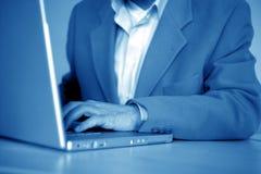 Uomo d'affari e computer portatile Fotografie Stock Libere da Diritti