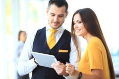 Uomo d'affari e donna che discutono lavoro immagine stock