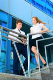 Uomo d'affari e donna di affari che discutono documento Fotografia Stock Libera da Diritti