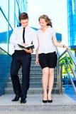 Uomo d'affari e donna di affari che discutono documento Fotografia Stock