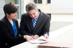 Uomo d'affari e donna di affari sul lavoro Immagine Stock