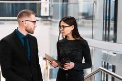 Uomo d'affari e donna di affari che discutono qualcosa durante la pausa caffè fotografia stock