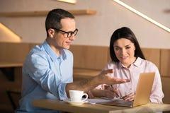 Uomo d'affari e donna di affari che lavorano in caffè fotografia stock
