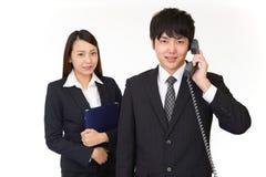 Uomo d'affari e donna di affari sorridenti fotografia stock libera da diritti