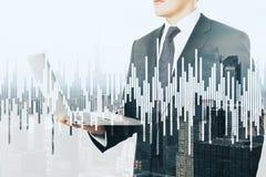 Uomo d'affari e grafico finanziario Fotografie Stock