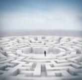 Uomo d'affari e labirinto enorme rappresentazione 3d Fotografia Stock