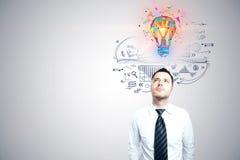 Uomo d'affari e lampadina di concetto di idea di affari Immagini Stock Libere da Diritti