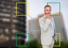 Uomo d'affari e mappa di mente variopinta sopra il fondo della città Fotografia Stock Libera da Diritti