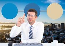 Uomo d'affari e mappa di mente variopinta sopra il fondo della città Immagini Stock Libere da Diritti