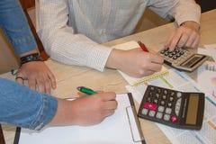 Uomo d'affari e penna a sfera femminile della tenuta della mano che lavorano al calcolatore, concetto online di lavoro Fotografia Stock Libera da Diritti