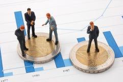 Uomo d'affari e soldi sopra un diagramma Fotografia Stock Libera da Diritti