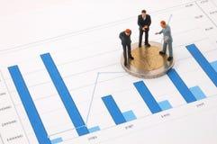Uomo d'affari e soldi sopra un diagramma fotografie stock libere da diritti