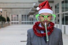 Uomo d'affari eccentrico agghindato per fare festa duro immagine stock