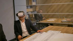 Uomo d'affari ed i suoi colleghi che lavorano con il concetto ed il disegno virtuali di tecnologia di futuro della disposizione stock footage