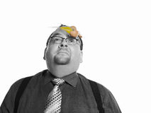 Uomo d'affari With Egg Hit sul suo fronte Immagini Stock