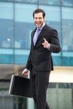 Uomo d'affari elegante che esamina il suo orologio immagini stock