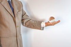 Uomo d'affari elegante che tiene una sfera di cristallo fotografia stock