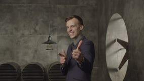 Uomo d'affari emozionante che gesturing felicemente stock footage