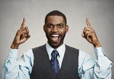 Uomo d'affari emozionante che indica con le dita su Fotografia Stock