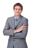 Uomo d'affari entusiastico che si leva in piedi con le braccia piegate Fotografie Stock Libere da Diritti