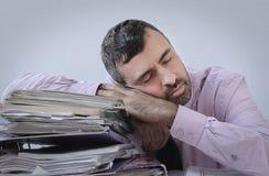 Uomo d'affari esaurito addormentato al suo scrittorio Immagine Stock Libera da Diritti
