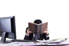 Uomo d'affari esaurito in ufficio 1 Immagini Stock Libere da Diritti